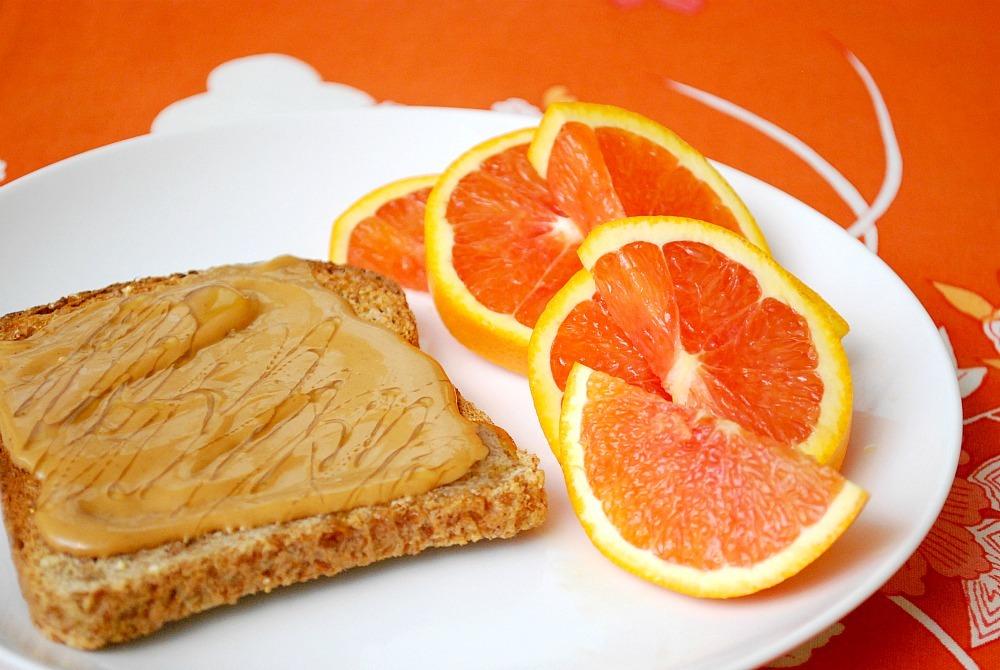 perfecte-start-ochtend-ontbijt-brood-pindakaas-fruit