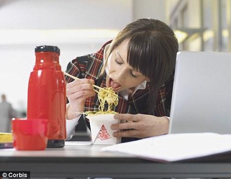 sporten-na-werk-eten-achter-pc-kantoor