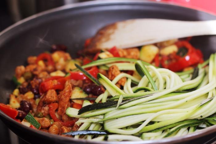 recept-courgette-spaghetti-restjes-hummus-10