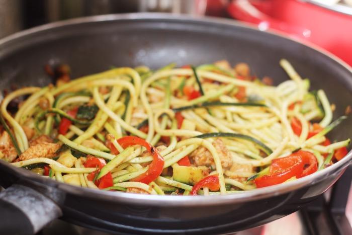 recept-courgette-spaghetti-restjes-hummus-11
