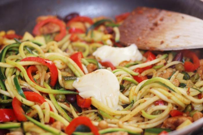 recept-courgette-spaghetti-restjes-hummus-13