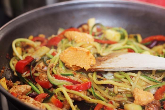 recept-courgette-spaghetti-restjes-hummus-14