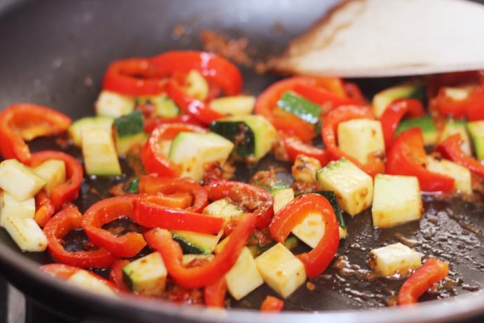 recept-courgette-spaghetti-restjes-hummus-7