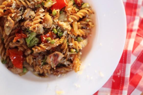 recept-avocado-pasta-kip-zongedroogde-tomaat-13