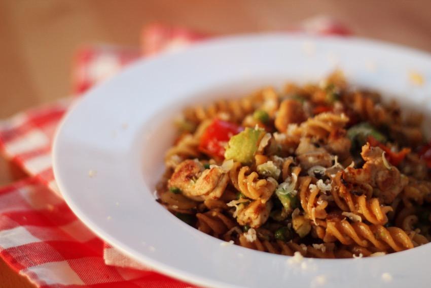 recept-avocado-pasta-kip-zongedroogde-tomaat-15