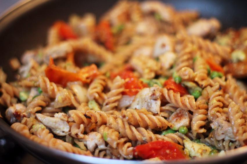 recept-avocado-pasta-kip-zongedroogde-tomaat-9